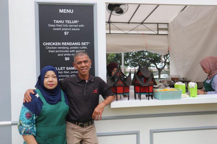 Pemilik rumah makan Sinar Pagi Nasi Padang Nasril Bin H Mohammad Nasir beserta istrinya Ratna di acara Streat, Singapore Food Festival 2018 di Empress Lawn atau di depan Victoria Memorial Hall, Singapura, Sabtu (14/7/2018).