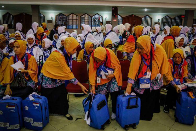 Calon jemaah haji Kelompok Terbang (Kloter) 6 memasuki  Asrama Haji Pondok Gede, Jakarta, Rabu (18/7/2018). Sebanyak 24.524 calon jemaah haji dan 315 petugas akan diberangkatkan dari Asrama Haji embarkasi Jakarta.