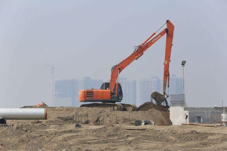 Sejumlah pekerja menyelesaikan proyek pembangunan Pulau C, Jakarta, Rabu (18/07/2018). Proyek pembangunan Pulau C hasil reklamasi masih berlanjut walau Pemerintah Provinsi DKI Jakarta telah menyegelnya pada Juni 2018 lalu.