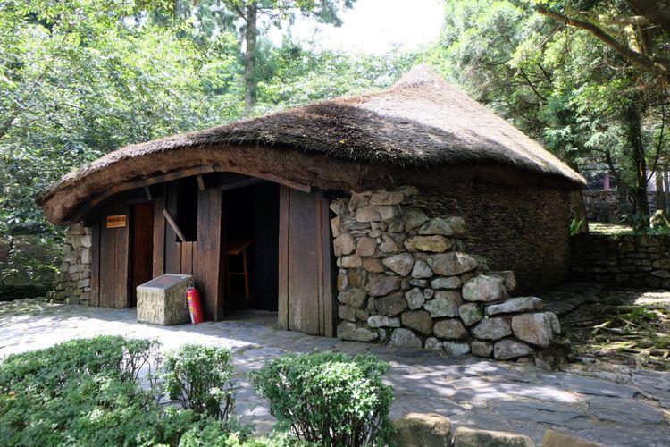 Replika rumah adat suku asli Taiwan Formosan Aboriginal Culture Village.