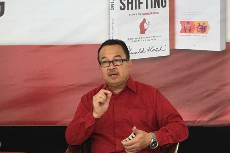 Guru besar Fakultas Ekonomi dan Bisnis Universitas Indonesia Rhenald Kasali saat meluncurkan buku terbarunya berjudul The Great Shifting di Rumah Perubahan, Bekasi, Jawa Barat, Sabtu (21/7/2018).