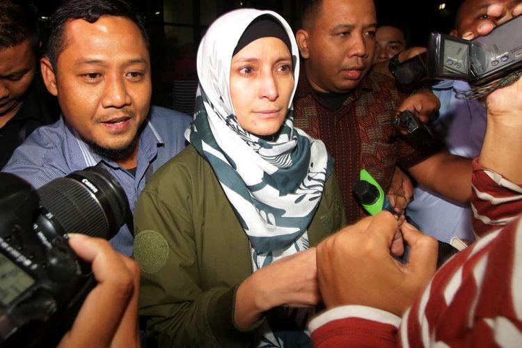 Artis Inneke Koesherawati dikerumuni wartawan seusai menjalani pemeriksaan di Gedung KPK, Jakarta, Sabtu (21/7/2018). Inneke diperiksa sebagai saksi terkait kasus suap atas pemberian fasilitas dan perizinan di Lapas Sukamiskin, Bandung, Jawa Barat dengan tersangka Fahmi Darmawansyah.