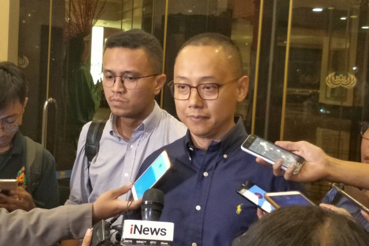 Sekjen PAN Eddy Soeparno saat memberikan keterangan seusai pertemuan antara Dewan Penasehat Pengurus Pusat Persaudaraan Alumni 212 dengan sejumlah petinggi partai politik di Hotel Sultan, Senayan, Jakarta, Senin (23/7/2018) malam. (KOMPAS.com/KRISTIAN ERDIANTO)
