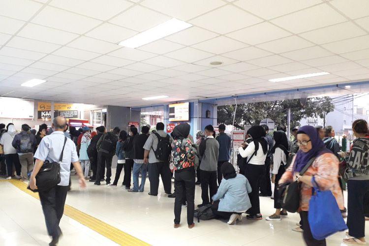Antrian di KRL stasiun Juanda, Senin (23/7/2018) sore