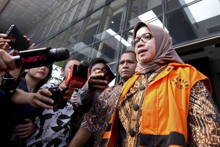 Wakil Ketua Komisi VII DPR Eni Maulani Saragih (kanan) meninggalkan gedung KPK seusai diperiksa di Jakarta, Senin (24/7). Eni Saragih diperiksa penyidik KPK untuk mendalami kasus dugaan suap yang ia terima dari Johannes Budisutrisno Kotjo terkait pembangunan PLTU Riau-1. ANTARA FOTO/Hafidz Mubarak A/aww/18.