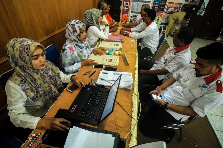 Sejumlah bakal calon Legislatif  (Bacaleg) Partai Perindo mendaftar pada hari terakhir pendaftaran Caleg di kantor Komisi Pemilihan Independen (KIP) Aceh Utara, di Kota Lhokseumawe, Aceh, Selasa (17/7/2018).  Batas akhir pendaftaran bacaleg anggota DPRD Provinsi, dan DPRD Kabupaten/Kota peserta Pemilu 2019 akan berakhir pada pukul 00.00 WIB, Selasa 17 Juli 2018.