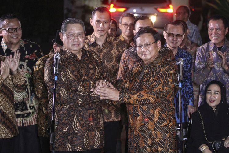 Ketua Umum Partai Demokrat Susilo Bambang Yudhoyono (kiri) berjabat tangan dengan Ketua Umum Partai Gerindra Prabowo Subianto (kanan) seusai melakukan pertemuan tertutup di kawasan Mega Kuningan, Jakarta, Selasa (24/7). Pertemuan tersebut menyepakati kesamaan visi dan misi sebagai dasar untuk membangun koalisi dalam Pilpres 2019.