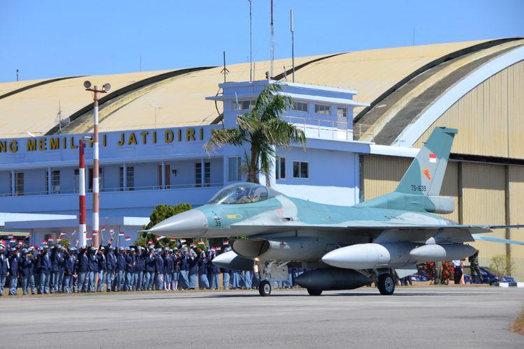 Keberangkatan F-16 Block 52ID ke Pitch Black Australia dilepas oleh Danlanud Marsma TNI Samsul Rizal, dengan ratusan bendera merah putih ditangan siswa siswi SMA 3 Taruna Angkasa dan SMK Penerbangan Angkasa.