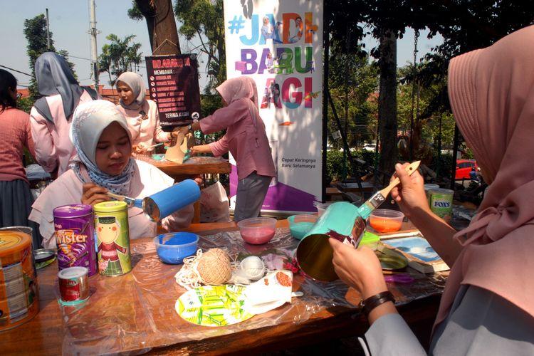 Ibu-ibu anggota komunitas Decor Home Lovers (DHL) merubah barang bekas menjadi berguna kembali dalam acara Gerakan #JadiBaruLagi di Sukabumi, Jawa Barat, Jumat (27/7/2018)