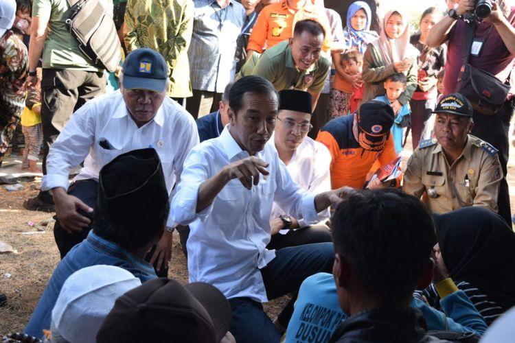 Presiden RI Joko Widodo (Jokowi) mengunjungi lokasi dan posko Tagana Gempa Bumi 6,4 SR di Desa Madiyan, Kecamatan Sambelia, Lombok Timur, Nusa Tenggara Barat, Senin (30/7/2018).