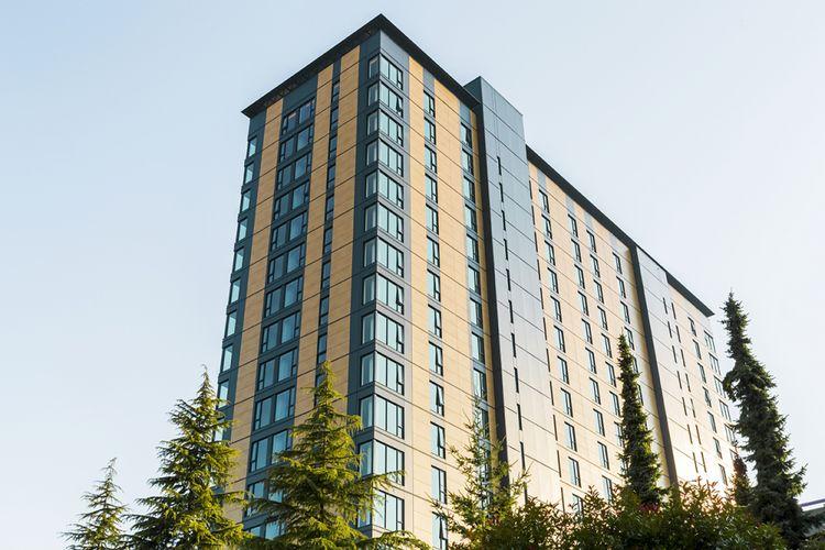 Banyak arsitek kini berlomba-lomba untuk membangun gedung berbahan dasar kayu dibanding dengan baja dan besi. Selain karena strukturnya yang ringan, kayu juga mampu menyerap emisi karbon