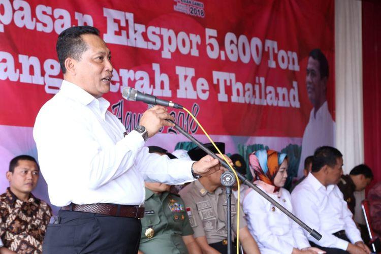 Direktur Utama Bulog Budi Waseso sedang menyampaikan pidato dalam acara pelepasan ekspor 5.600 ton bawang merah ke Thailand di Klompak, Wanasari, Brebes Jawa Tengah, Rabu (1/8/2018).