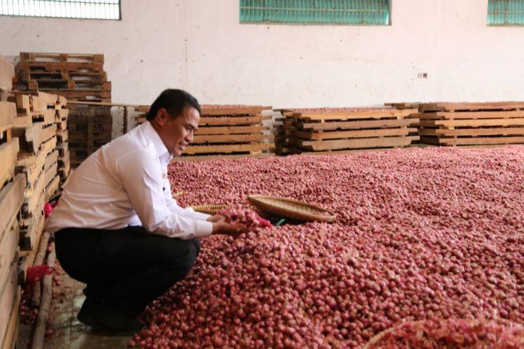 Menteri Pertanian Andi Amran Sulaiman sedang meninjau gedung penyimpanan bawang merah PT Revi Makmur Sentosa di Klompak, Wanasari, Brebes Jawa Tengah, Rabu (1/8/2018).