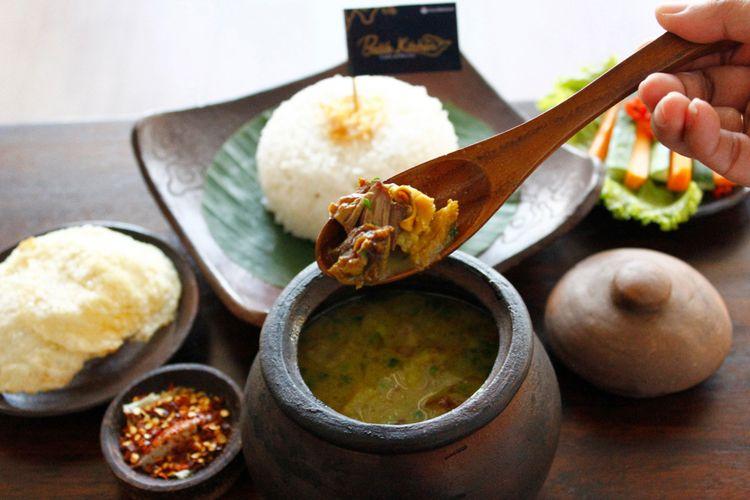Empal Gentong, salah satu menu andalan dari Batik Kitchen, Cirebon yang disajikan di dalam Gentong.