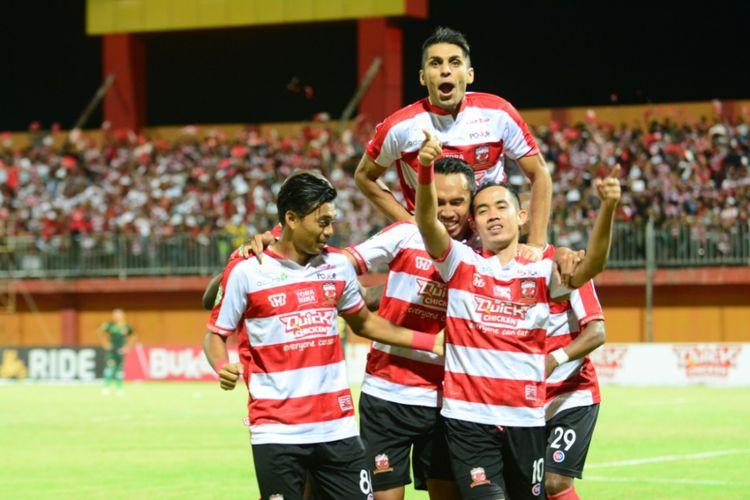 Selebrasi pemain Madura United setelah berhasil membobol gawang PS Tira