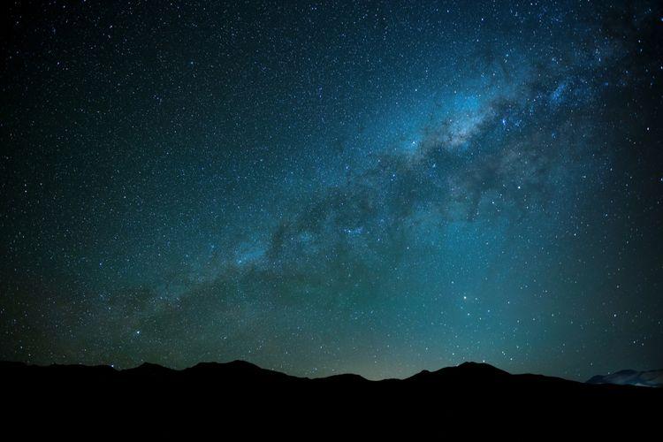 Ilustrasi langit malam penuh milky way