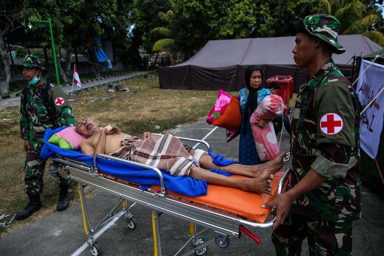 Pasien korban gempa ditenda perawatan RSUD Kabupaten Lombok Utara di Tanjung, NTB, Selasa (7/8/2018). Berdasarkan data terkini Badan Nasional Penanggulangan Bencana (BNPB) tercatat, jumlah korban meninggal dunia akibat gempa bumi berkekuatan 7 pada skala richter (SR) di Lombok bertambah menjadi 105 dari sebelumnya 98 orang.