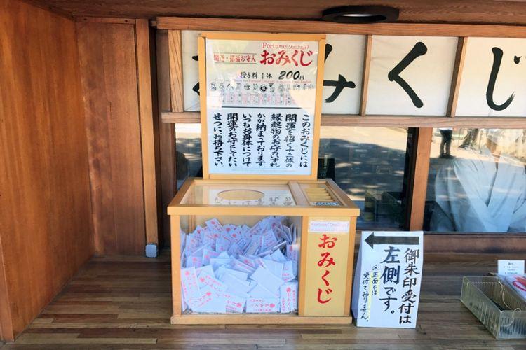 Ini adalah kotak yang berisikan kertas ramalan (Omikuji).