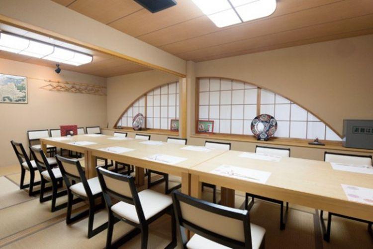 Bagian dalam restoran bergaya Jepang yang nyaman dan menenangkan