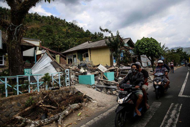 Sejumlah bangunan rumah rusak akibat gempa di desa Menggala, Kecamatan Pemenang, Lombok Utara, Rabu (8/8/2018). Berdasarkan data terkini Badan Nasional Penanggulangan Bencana (BNPB) tercatat, jumlah korban meninggal dunia akibat gempa bumi berkekuatan 7 pada skala richter (SR) di Lombok bertambah menjadi 131 dari sebelumnya 105 orang.(KOMPAS.com/GARRY ANDREW LOTULUNG)