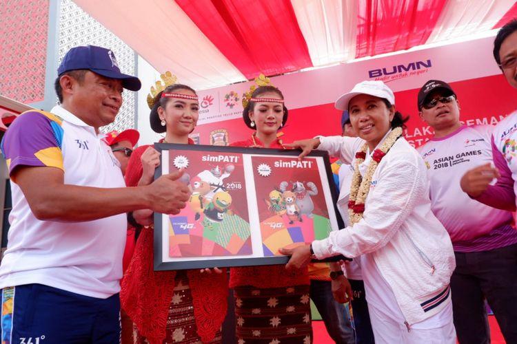 Dirut Telkomsel, Ririek Adriansyah (kiri) dan Menteri BUMN, RIni Soemarno (kanan) meresmikan SIMcard khusus Asian games 2018 di kantor Telkomsel Bandar Lampung, Rabu (8/8/2018).