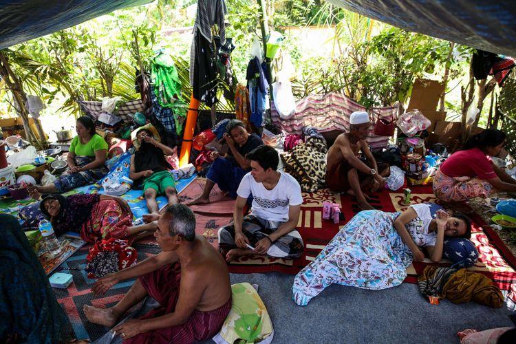 Pengungsi beristirahat dalam tenda darurat di lapangan Menggala, Desa Menggala, Kecamatan Pemenang, Lombok Utara, Rabu (8/8/2018). Berdasarkan data terkini Badan Nasional Penanggulangan Bencana (BNPB) tercatat, jumlah korban meninggal dunia akibat gempa bumi berkekuatan 7 pada skala richter (SR) di Lombok bertambah menjadi 131 dari sebelumnya 105 orang.