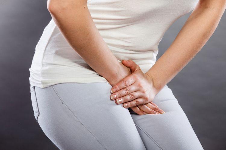 Ilustrasi seorang perempuan menekan perut bagian bawahnya karena masalah medis atau ginekologi