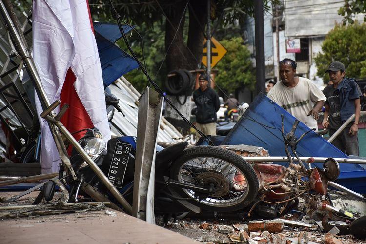 Sejumlah warga mengangkat puing-puing runtuhan akibat gempa susulan 6,2 SR di Cakranegara, Mataram, NTB, Kamis (9/8). Pada Kamis (9/8/2018) pukul 13:25:32 WITA, gempa susulan dengan magnitudo 6,2 SR kembali mengguncang Lombok yang berpusat di Lombok Utara pada kedalaman 12 km getaran dirasakan di wilayah Lombok Utara,Mataram dan Lombok Tengah. ANTARA FOTO/Ahmad Subaidi/aww/18.
