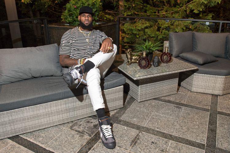 LeBron James saat kenakan Off-White x Nike Blazer