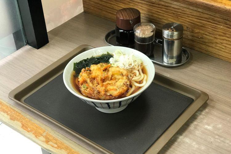 """hidangan ini adalah udon panas dengan isian """"kakiage tempura"""" atau dikenal juga dengan """"tempura udon (panas)"""""""
