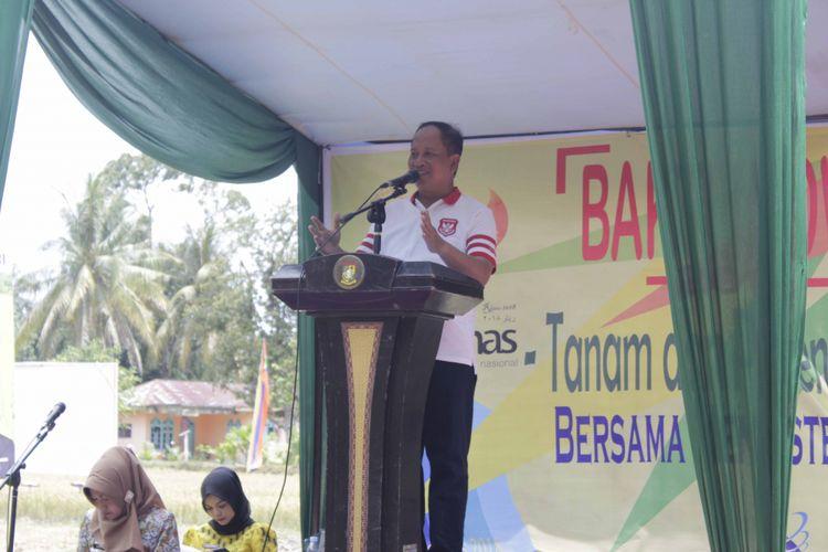 Menristek Mohamad Nasir, saat memberikan sambutan pada kegiatan Panen Perdana Padi Sawah