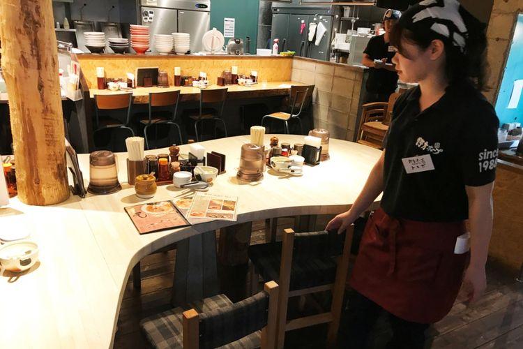 "Setelah Anda sudah memutuskan pilihan hidangan yang akan dipesan, katakan ke pelayan, ""Sumimasen""."