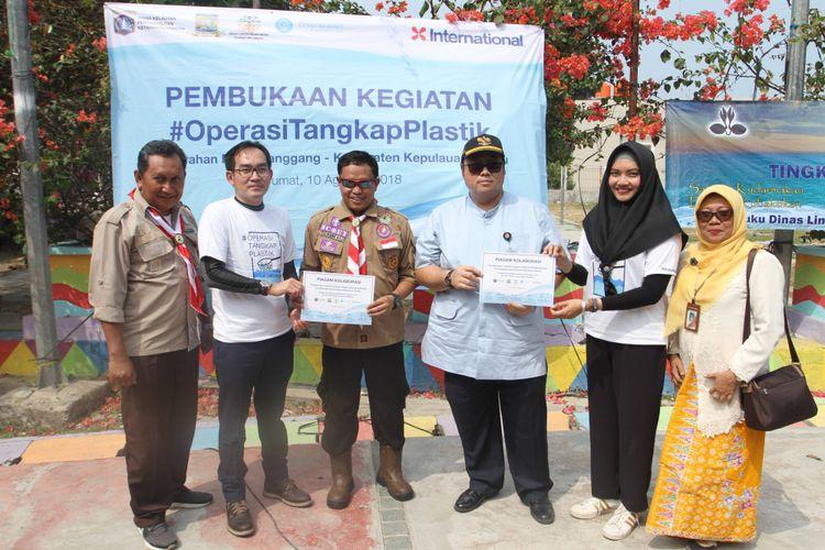 Kasudin Lingkungan Hidup Kepulauan Seribu, Yusen Hardiman bersama Kepala Dinas Lingkungan Hidup DKI Jakarta saat melakukan aksi #OperasiTangkapPlastik di Pulau Pramuka, Jumat (10/8/2018)