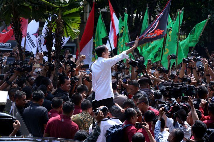 Joko Widodo menemui pendukungnya usai resmi mendaftarkan diri sebagai bakal capres didampingi Maruf Amin sebagai bakal cawapres di Komisi Pemilihan Umum RI, Jakarta, Jumat, (10/8/2018).