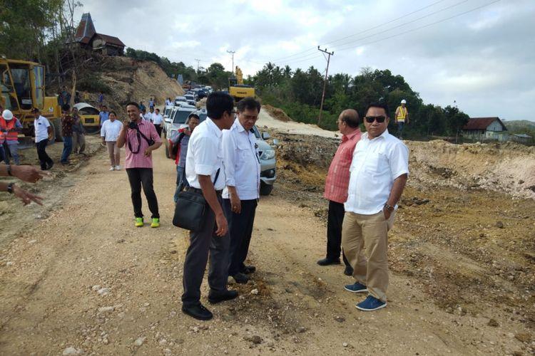 Ketua Komisi V DPR RI Fary Djemi Francis, saat meninjau pembangunan jalan menuju obyek wisata Nihiwatu di Kabupaten Sumba Barat, Nusa Tenggara Timur, Kamis (9/8/2018).