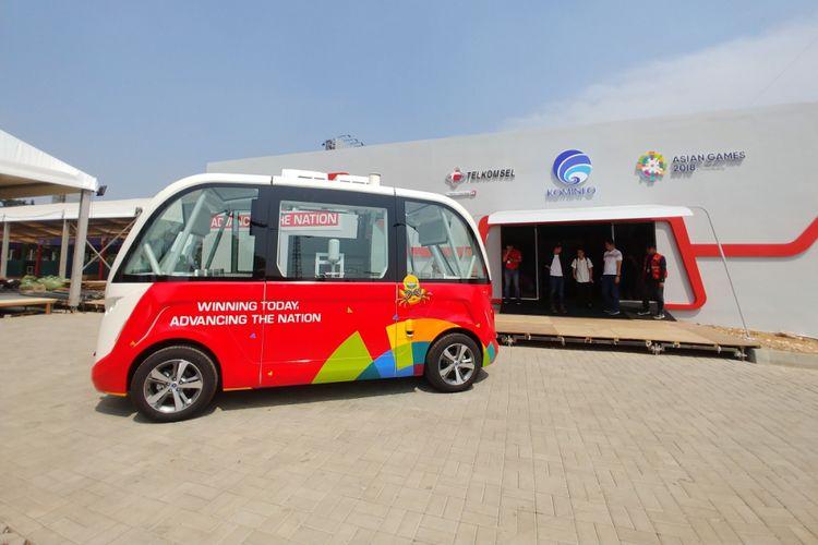 Bus otonomos Telkomsel di depan booth 5G Experience di GBK, Jumat (10/8/2018).