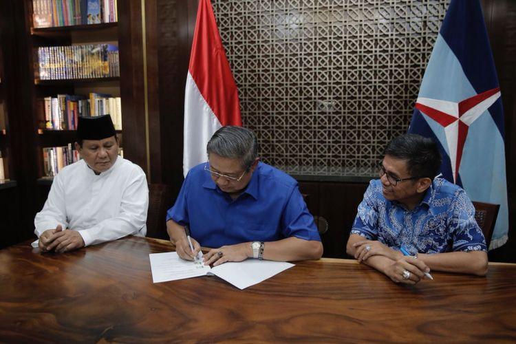Ketua Umum Partai Demokrat Susilo Bambang Yudhoyono saat menandatangani berkas terkait pengusungan pasangan Prabowo Subianto-Sandiaga Uno di kediaman SBY di Kuningan, Jakarta, Jumat (10/8/2018).