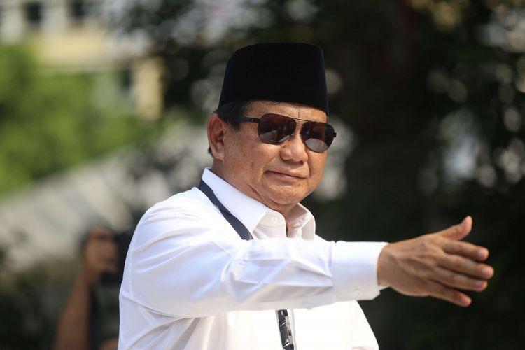 Calon Presiden Prabowo Subianto Menyapa Para Pendukungnya Seusai Mendaftarkan Dirinya Di Gedung Kpu Ri Jakarta