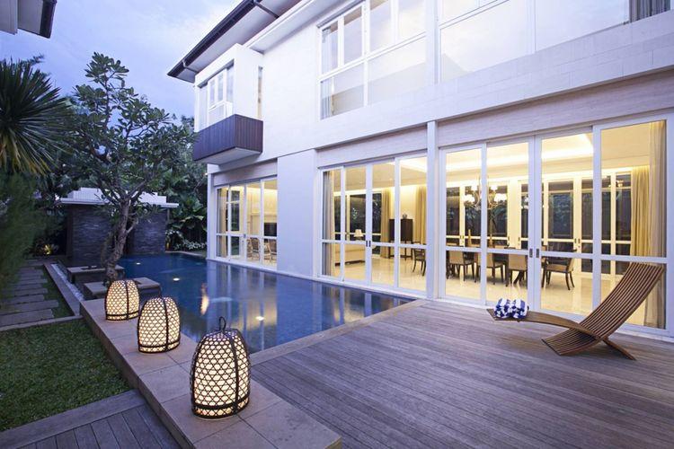 Desain kolam renang Taman Cilandak House di Jakarta karya Adria Yurike Architects.