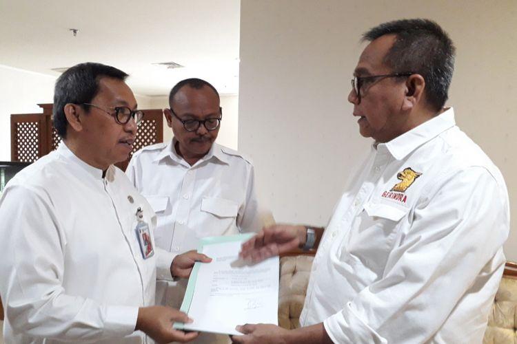 Wakil ketua DPRD Mohamad Taufik menyerahkan surat pengunduran diri Sandiaga Uno ke Sekwan DKI Jakarta, Jumat (10/8/2018)