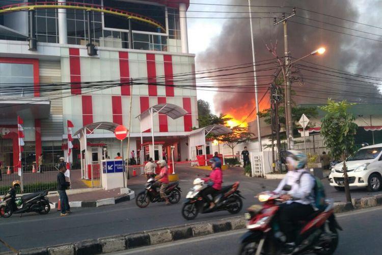 Kebakaran warung sembako tua di Jalan Dewi Sarika, Depok, Kamis (10/8/2018).
