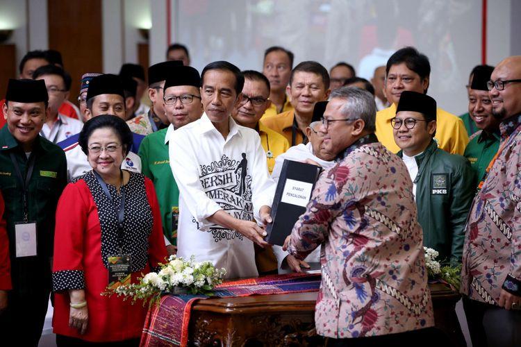 Pasangan Joko Widodo dan Maruf Amin didampingi tokoh partai pendukung resmi mendaftarkan diri  sebagai bakal capres dan cawapres di Komisi Pemilihan Umum RI, Jakarta, Jumat (10/8/2018).