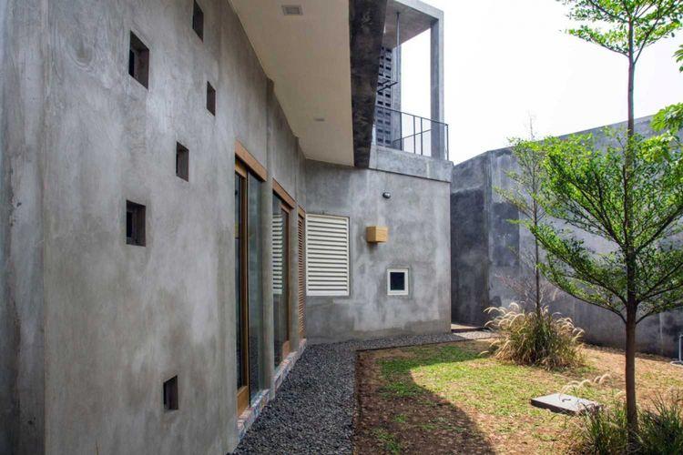 Taman di belakang Rumah Miring karya Andyrachman Architect