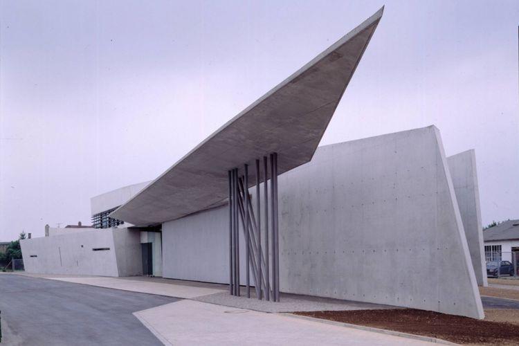 Dalam merancang gedung ini, Zaha Hadid menekankan pada kesederhanaan dalam setiap aspeknya.