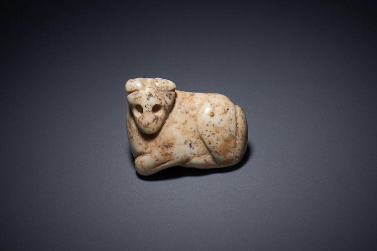 Liontin jimat dari marmer putih yang berbentuk hewan berkaki empat sedang berbaring, berasal dari periode Jemdet Nasr (3000 SM)