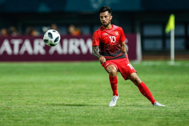 Pesepak bola Indonesia Stefano Lilipaly mengontrol bola pada pertandingan Grup A Asian Games ke-18 di Stadion Patriot, Bekasi Minggu (12/8/2018). Timnas Indonesia menang dengan skor 4-0.