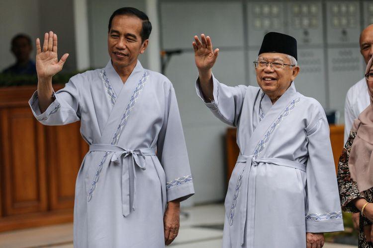 Bakal calon presiden dan Bakal calon wakil presiden, Joko Widodo dan Maruf Amin bersiap menjalani pemeriksaan kesehatan di Rumah Sakit Pusat Angkatan Darat Gatot Subroto, Jakarta, Minggu (12/8/2018). Selain pasangan Jokowi-Maruf Amin, pasangan Prabowo Subianto-Sandiaga Uno juga akan menjalani pemeriksaan kesehatan pada hari Senin 13 Agustus. Pemeriksaan kesehatan tersebut merupakan satu diantara syarat wajib yang diberlakukan KPU bagi capres dan cawapres untuk mengikuti Pilpres mendatang.