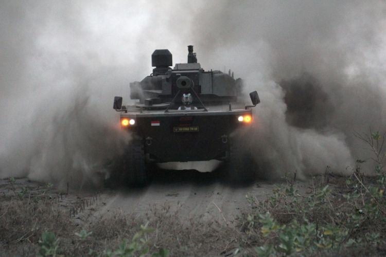 Medium Tank hasil pengembangan bersama antara PT. Pindad dan FNSS Turki melakukan uji daya gerak di Pantai Bocor, Desa Setrojenar, Buluspesantren, Kebumen, Jateng, Sabtu (11/8). Medium Tank Pindad adalah kendaraan tank pertama produksi Indonesia yang ditargetkan menyelesaikan berbagai tahapan pengujian sebelum diproduksi secara massal pada 2020. ANTARA FOTO/Idhad Zakaria/wsj/18.
