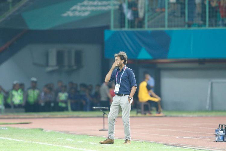 Pelatih Timnas Indonesia, Luis Milla, mengamati pertandingan kontra Taiwan pada laga Grup A Asian Games 2018 di Stadion Patriot, 12 Agustus 2018.