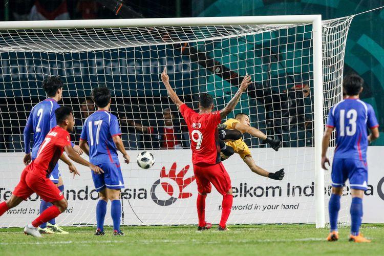 Pesepak bola Indonesia Stefano Lilipaly (tidak terlihat) mencetak gol pada pertandingan Grup A Asian Games ke-18 di Stadion Patriot, Bekasi Minggu (12/8/2018). Timnas Indonesia menang dengan skor 4-0.